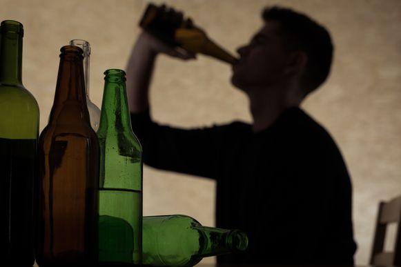 Illustratiefoto. Nieuwe cijfers over alcoholgebruik bij jongeren tonen aan dat elke dag gemiddeld zes jongeren tussen 12 en 17 jaar in het ziekenhuis zijn beland na alcoholmisbruik.