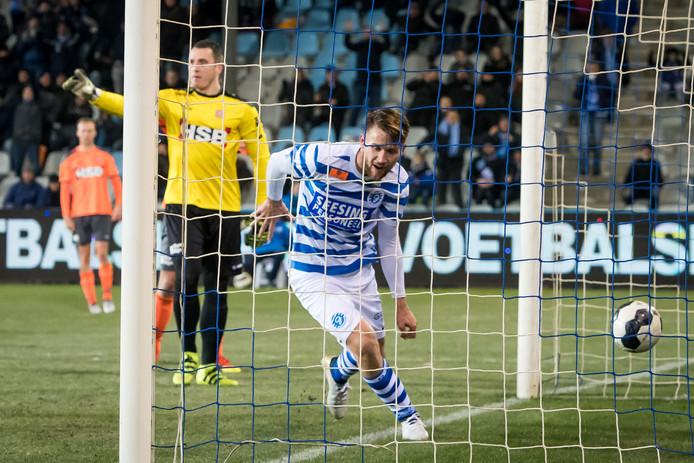 Piotr Parzyszek scoort in de stolfase de 1-1.