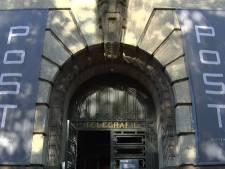 Nog even binnenkijken in het  oude postkantoor, voordat hij de steigers gaat