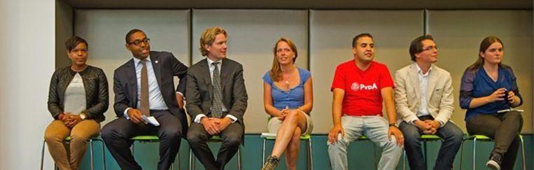 Debat in Nieuwegein, Anne in het midden, links van haar Foort van Oosten Beeld John Prins