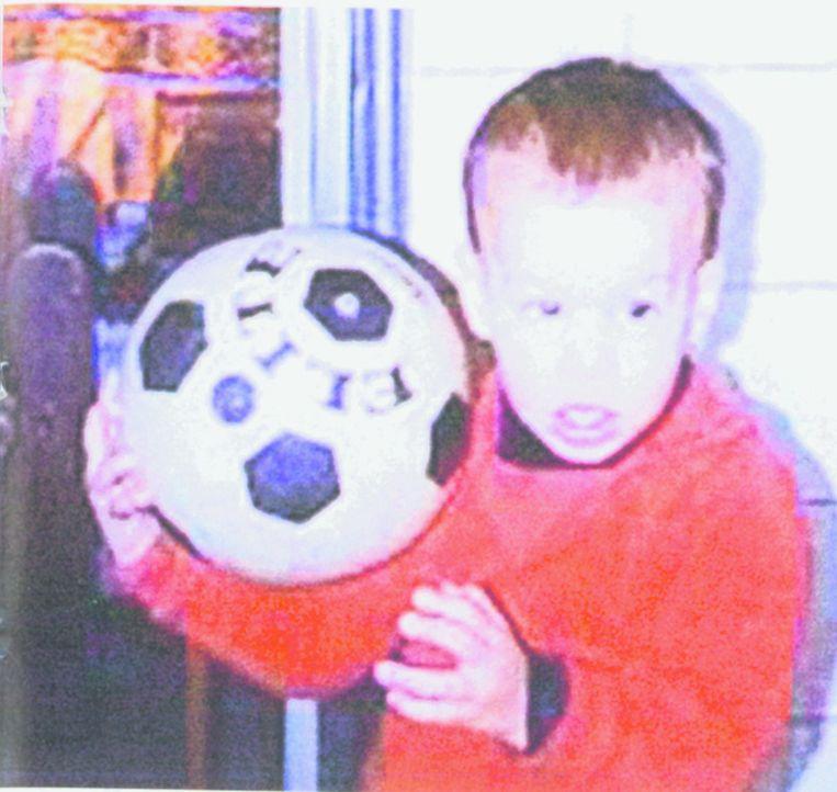 Een net 2-jarige van Nistelrooy met zijn eerste voetbal. Beeld Privé-archief