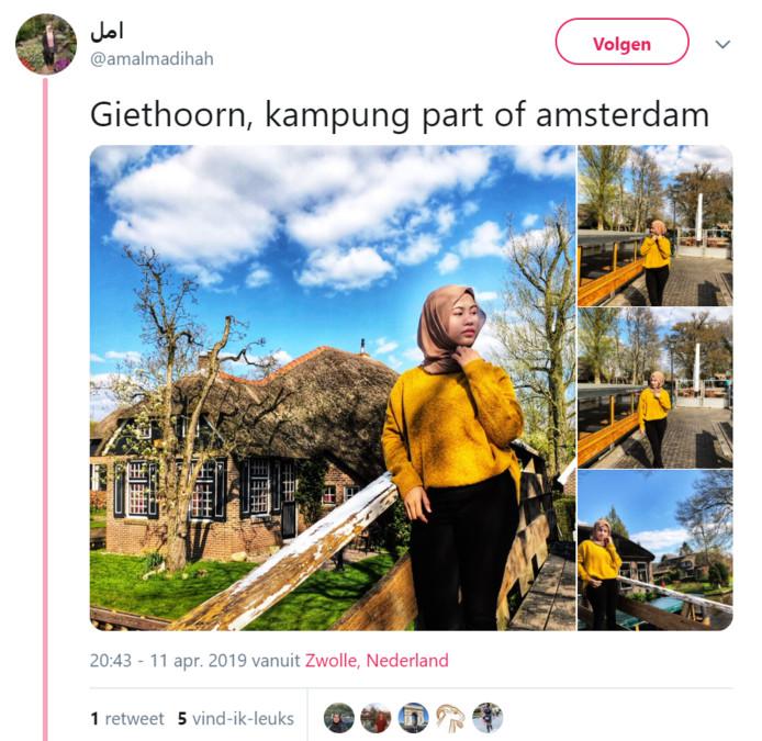 Een toeriste uit Maleisië laat zich fotograferen in Giethoorn en noemt deze plaats een nederzetting van Amsterdam.