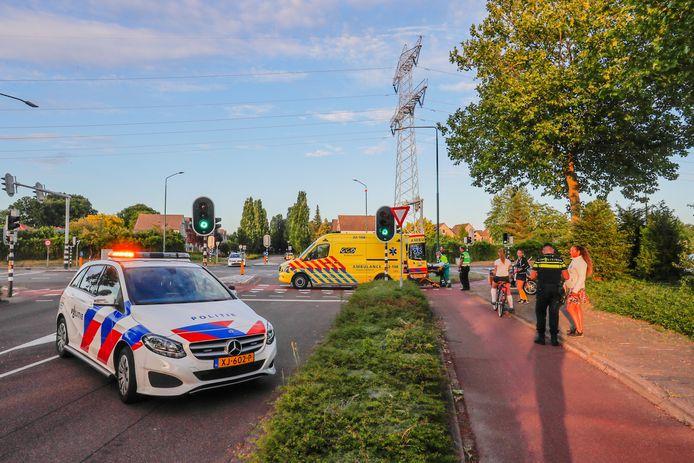 De wielrenner en scooterrijder botsen op de Gijzenrooiseweg in Geldrop.