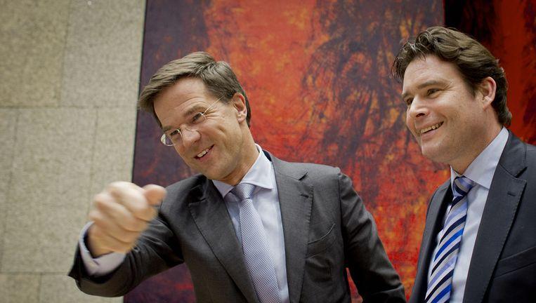 Premier Rutte en staatssecretaris Weekers (beiden van VVD-huize) in de Tweede Kamer. Ook Weekers raakte in opspraak door wethouder Van Rey toen die een reclamebord voor Weekers liet plaatsen in Limburg. Beeld ANP