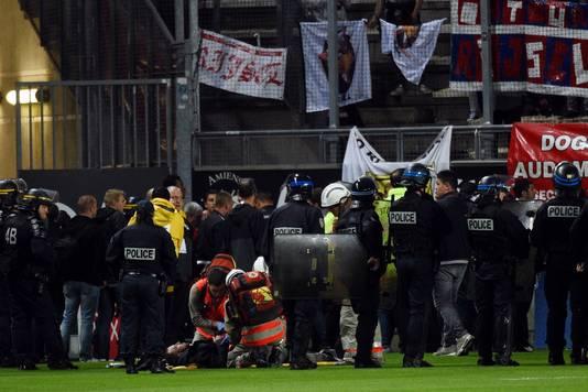 Hulpverleners verzorgen de gewonden bij Amiens-Lille.
