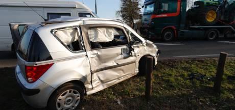 Vrachtwagen ramt overstekende auto in Bladel, slachtoffer naar ziekenhuis