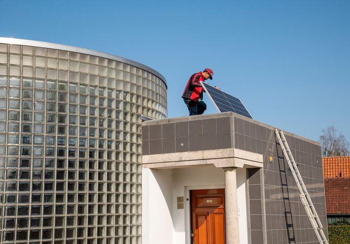 Medewerker Max Santiago van het bedrijf Atlas Power legt zonnepanelen op de Gedachtenisruimte in Putten van de Stichting Oktober'44. Dit jaar kan de Gedachtenisruimte niet open zijn tijdens de jaarlijkse herdenking van de Razzia van Putten.