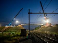 Overweg in spoorviaduct Elst getakeld