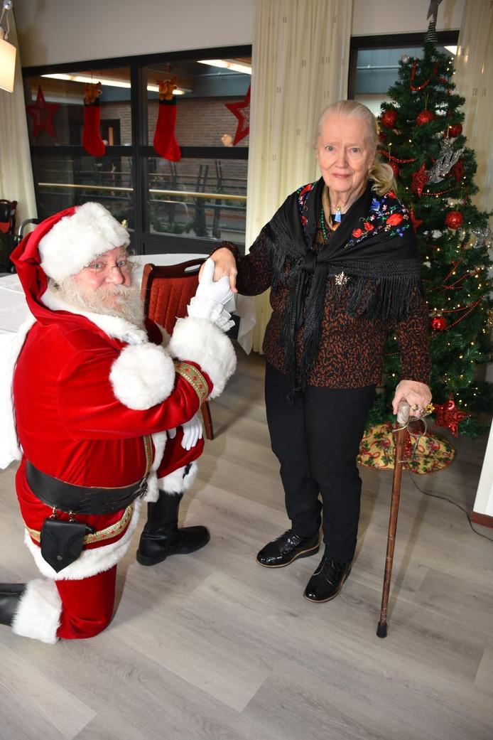 De Kerstman gaat door de knieën voor een bewoonster van Pieter Pauw.