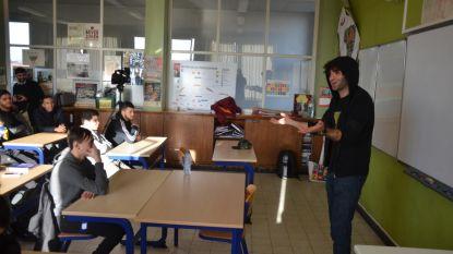Regisseur Adil El Arbi voor de klas