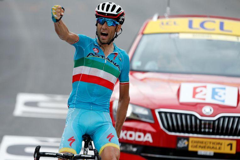 Vicenzo Nibali viert zijn overwinning tijdens de negentiende etappe van de Tour de France tussen Saint-Jean-de-Maurienne en La Toussuire-Les Sybelles. Beeld anp