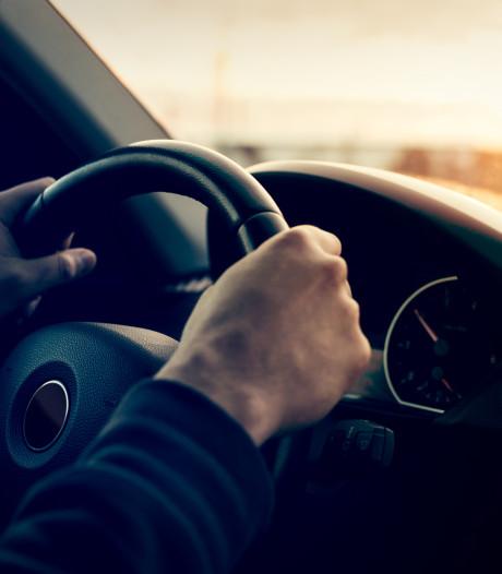 Man rijdt zonder rijbewijs maar mét drugs op door Zaltbommel: opgepakt en bekeurd