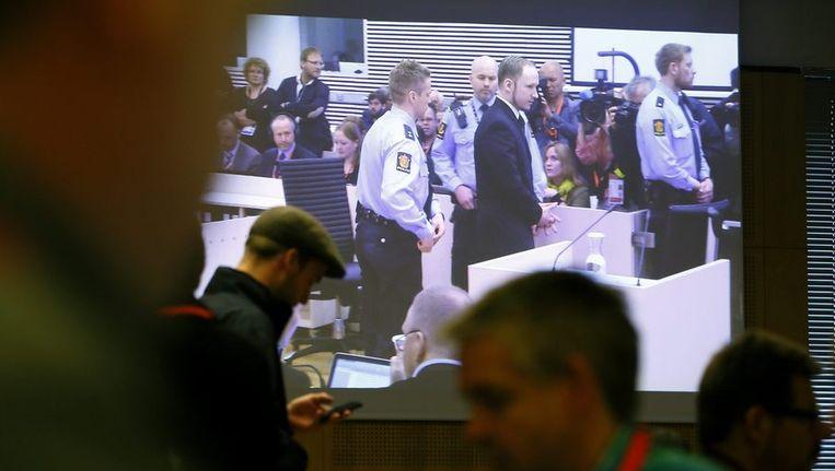 Journalisten aan het werk op het moment dat Breivik de raadszaal wordt binnengeleid. Beeld reuters