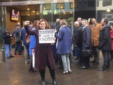 Wethouder Groeneveld moet protestbord inleveren bij beveiligers Tweede Kamer