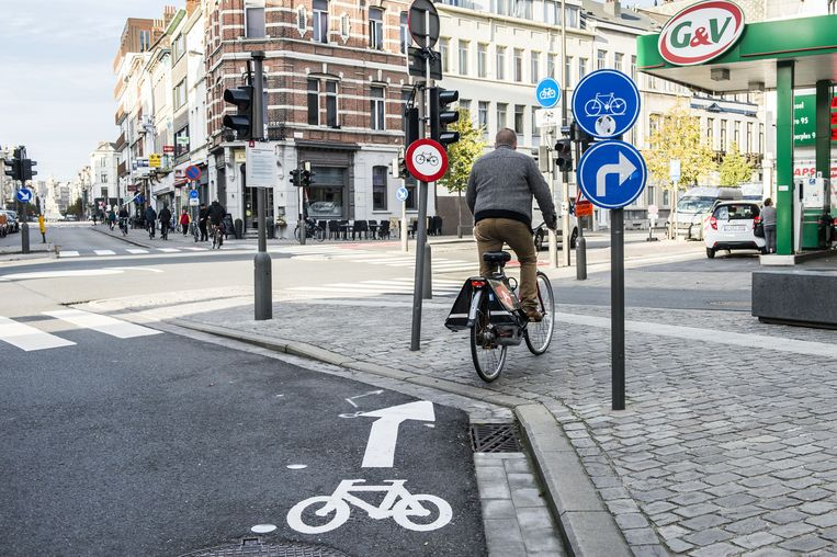 De pijl wijst naar het trottoir waar de fietser bijna tegen een verbodsbord rijdt.