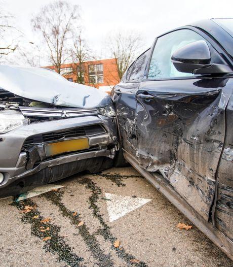 Geen gewonden, maar wel veel schade door ongeluk tussen twee auto's op kruising in Eindhoven