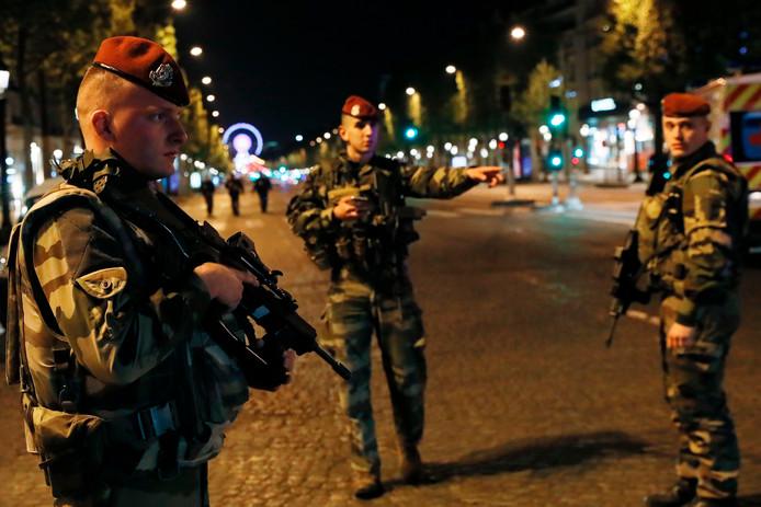 Franse soldaten op de Champs-Elysées na de schietpartij.