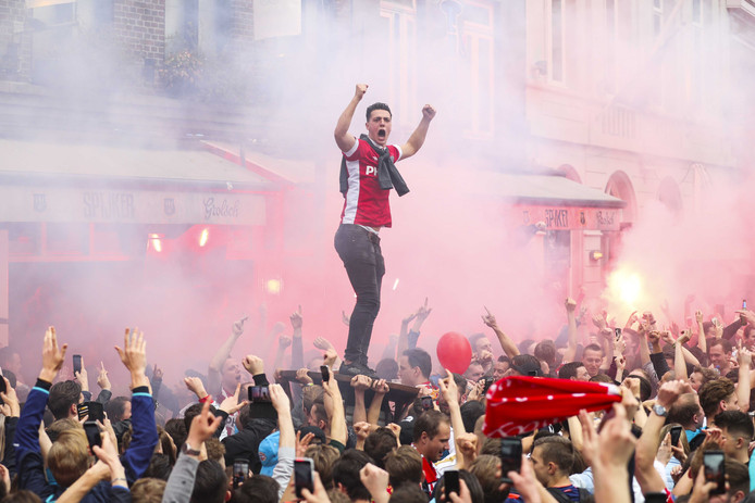 PSV-fans vieren feest in het centrum als de Eindhovense club voor de 24e keer landskampioen is geworden.
