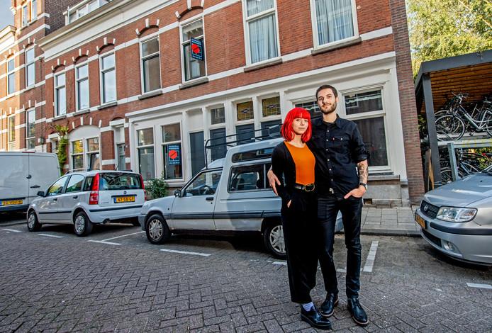 Tim en Alba voor hun huurwoning aan de Hooglandstraat.