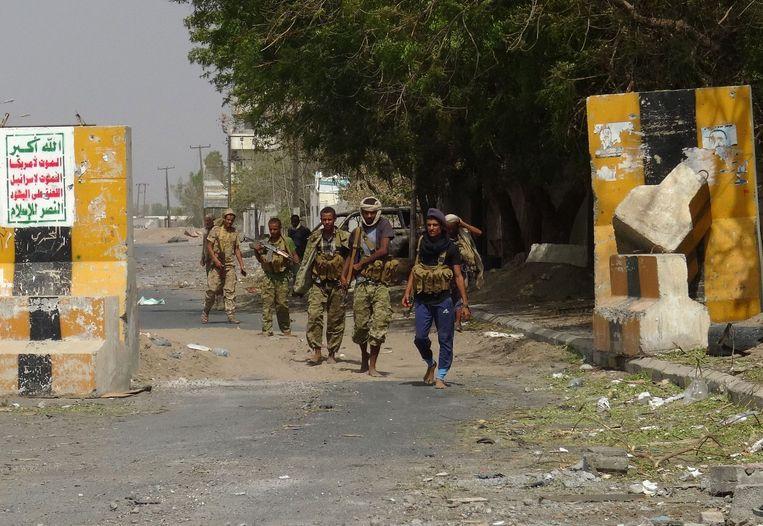 Overheidstroepen en Houthi-rebellen proberen allebei om de havenstad onder controle te krijgen.
