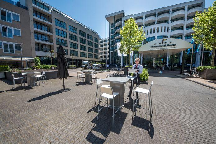 Voor de deur van Theaterhotel in Almelo is een nieuw terras gecreëerd, om gasten van een foodtruck te verwelkomen.