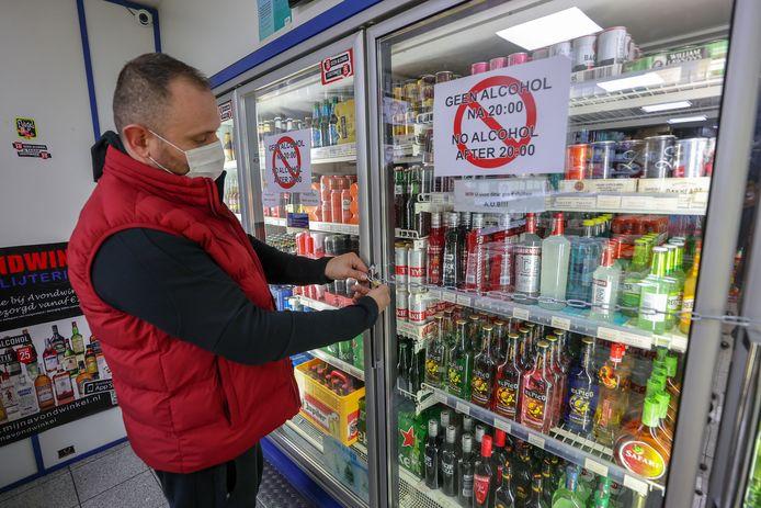 Na acht uur mogen winkels geen alcohol meer verkopen. Bij de avondwinkel aan de Grote Berg gaat er zelfs een slot op de koeling.