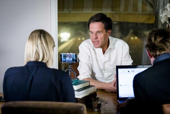 Premier Mark Rutte beantwoordt vragen tijdens een Facebook sessie, begin 2017.