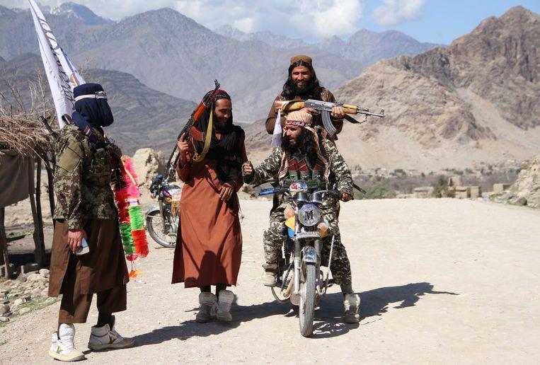 In maart vierden Talibanstrijders en dorpelingen dat de vredesdeal met de VSwas ondertekend.  Beeld NurPhoto via Getty Images