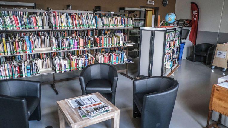 De bibliotheek. Dankzij een samenwerking met de stadsbibliotheek kunnen de gedetineerden alle boeken ontlenen uit het aanbod van de Ieperse bib.