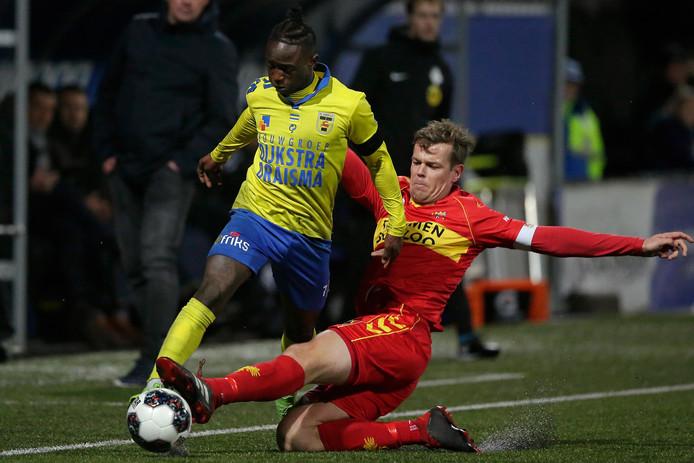 Issa Kallon namens Cambuur in duel met Eagle Jeroen Veldmate, afgelopen seizoen bij de 1-1 in Friesland.