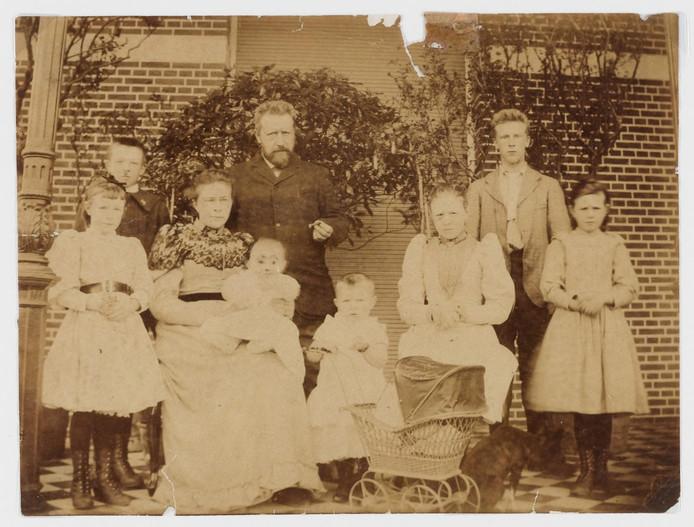 Het gezin Vlekke met vader Jan Frederik aan de sigaar.