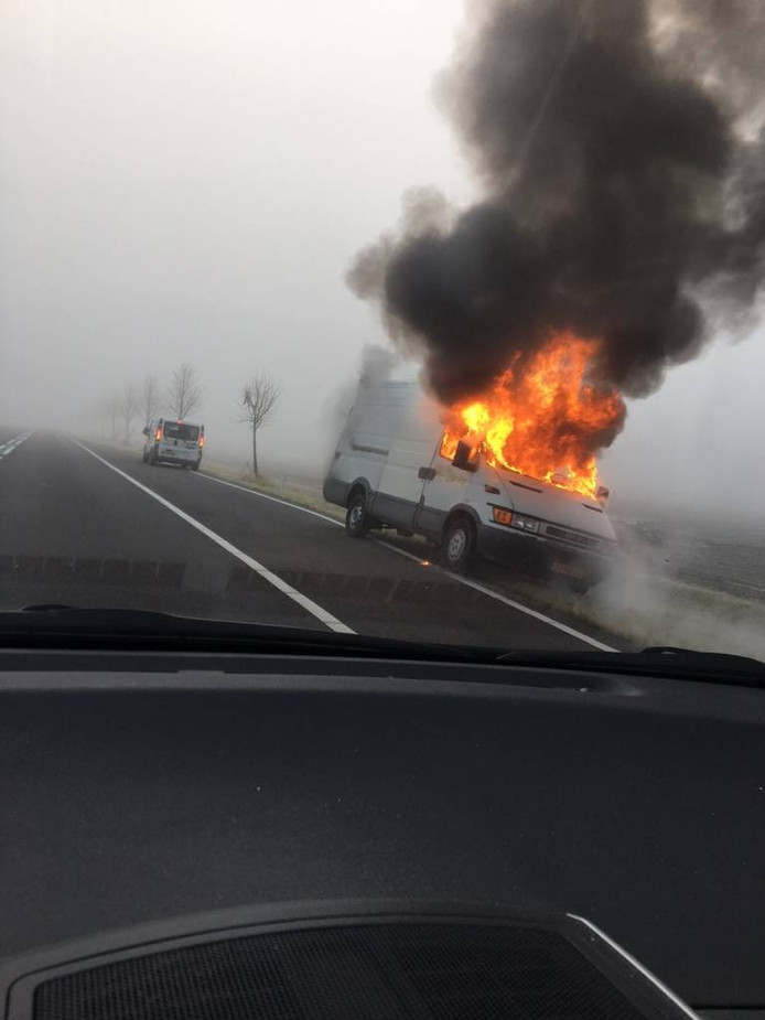 Langs de N36 ging zaterdagochtend een wit busje in vlammen op. Er waren geen gewonden.