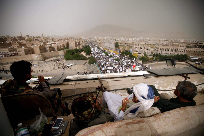 Houthi-strijders waken afgelopen vrijdag in Sanaa over de veiligheid van een betoging ter viering van het motto 'Dood aan Amerika en Israël'.