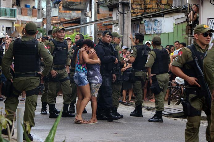La tuerie aurait été perpétrée par sept hommes armés, arrivés à bord d'une moto et de trois voitures, et qui ont ensuite pris la fuite, a indiqué la presse locale, citant des sources policières.