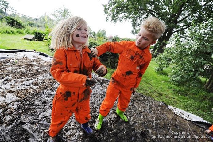 Kinderen spelen in de modder
