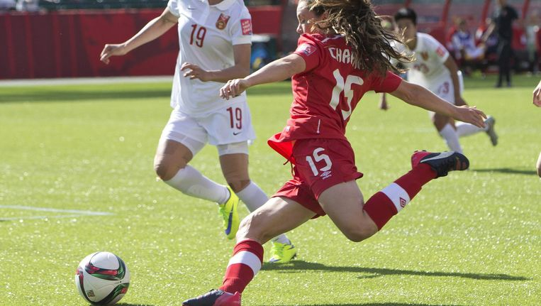 De Canadese Allysha Chapman schopt de bal voor Tan Ruyin van China langs