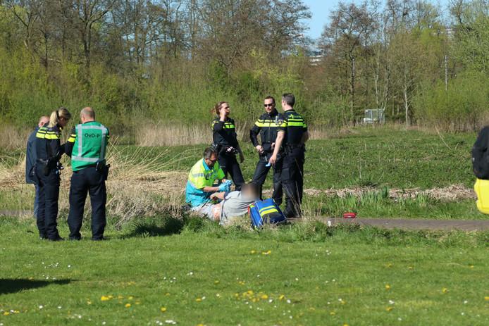 Twee personen zijn gewond geraakt bij een steekpartij in de Karmozijnstraat Rijswijk.