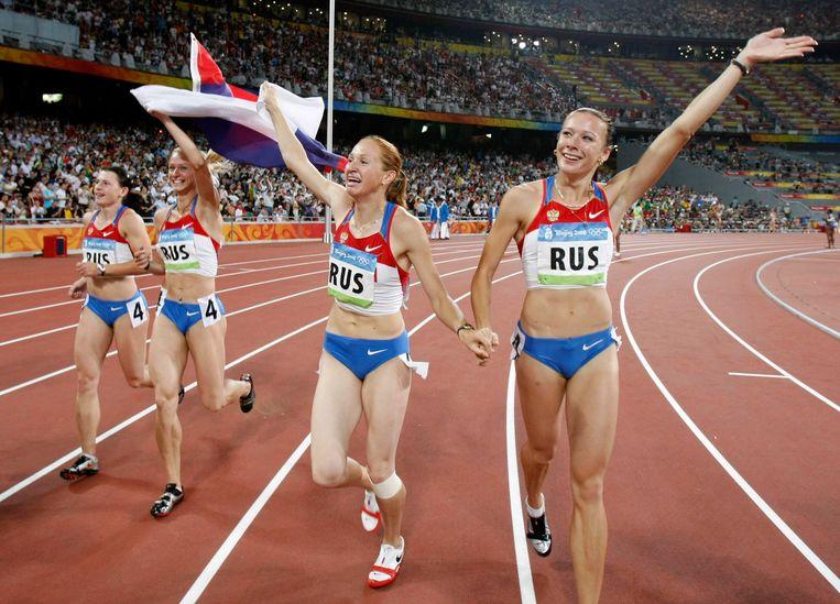 Julia Chermoshanskaja (R) is alsnog positief getest op doping. Het Russische estafetteteam moet de gouden medaille op de 4x100 meter uit 2008 inleveren. Beeld ap