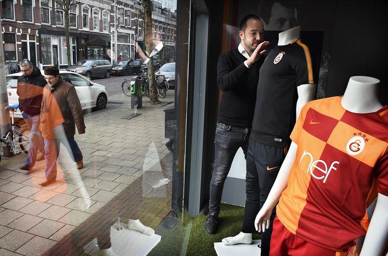 Sercan Arslan trekt de plooien in een shirt van Galatasaray strak. Beeld Marcel van den Bergh/de Volkskrant