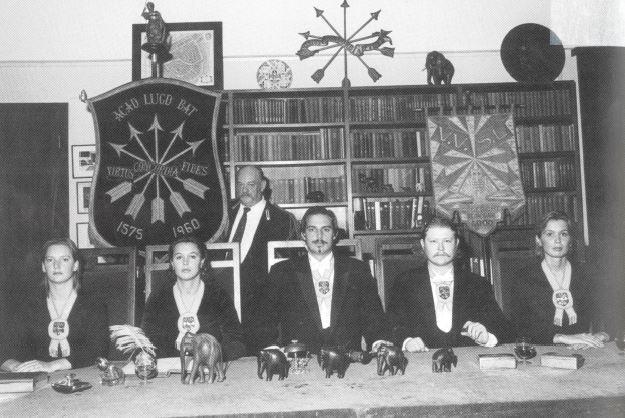 Het bestuur van Minerva met in het midden preses Hoekstra