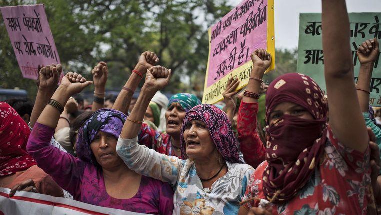 Het incident vindt precies twee jaar na de brute verkrachting van een studente in New Delhi plaats. Op deze foto: Indiase vrouwen demonstreren tegen de verkrachting van vier jonge meisjes in het Haryana Hisar district op 11 mei 2014. Beeld ap