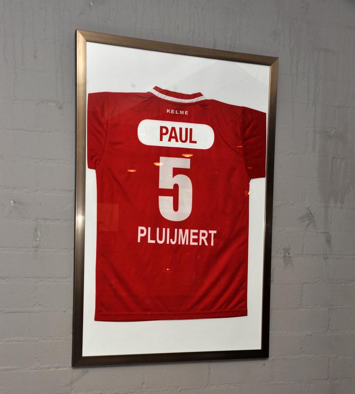 DFC heeft het wedstrijdshirt van Paul Pluijmert ingelijst.