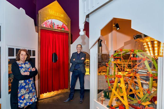 Annemarie Nieuwenhuijse en Gré Beekers in het Speelgoedmuseum Op Stelten.