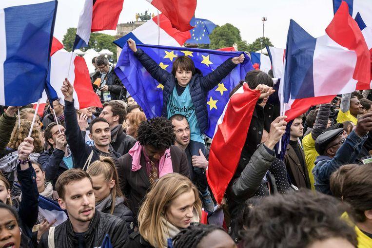 Fans van Emmanuel Macron zijn de afgelopen uren afgezakt naar het Louvre.