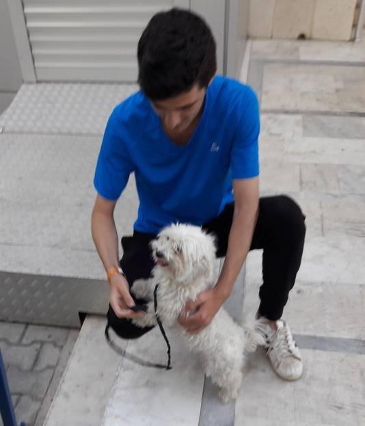 Hondje Bella van Björn en Derya wordt na twee uur wachten binnengebracht in het politiebureau van Silifke