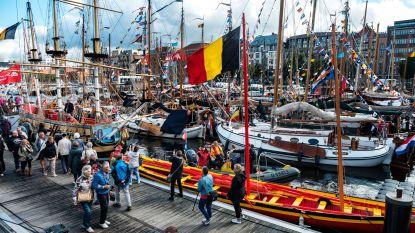 Honderd schepen liggen voor anker tijdens Water-rAnt