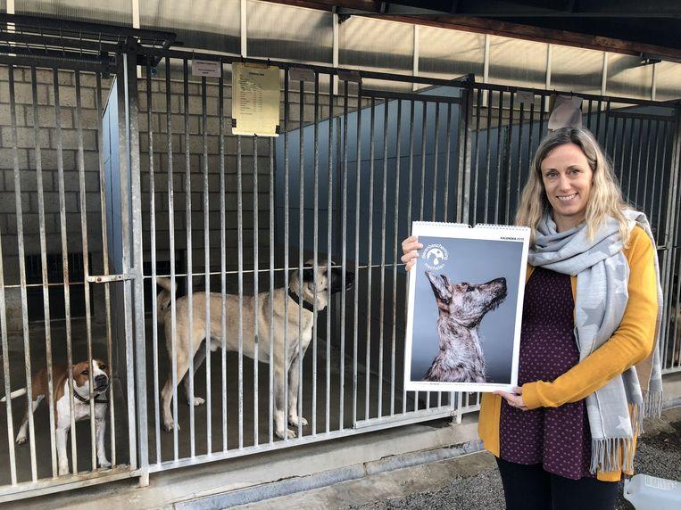 Sabine Slaets met de nieuwe Dierenbeschermingkalender 2019
