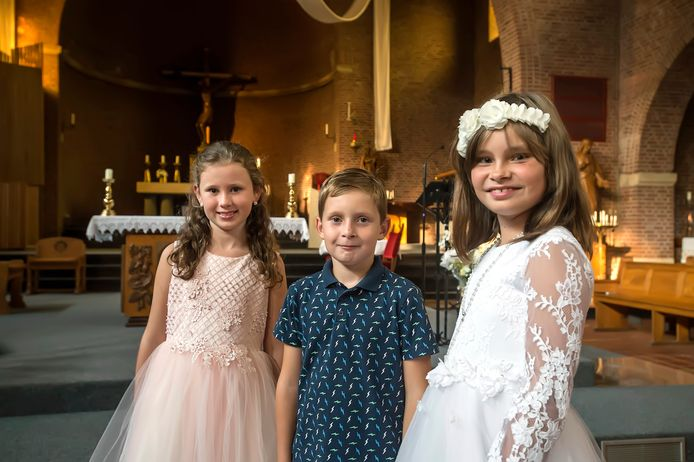 Een uitgestelde eerste communie in de Jacobus de Meerdere Kerk as zaterdag voor vlnr: Maya Jarosz,  Joshua Volders en Fajèn Weijermans