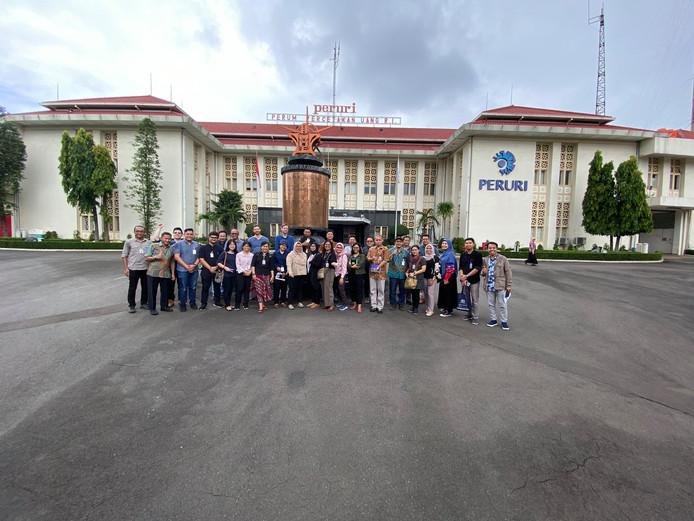 Mendel Robbers met studenten en professionals voor de monumentale gelddrukkerij in Jakarta.