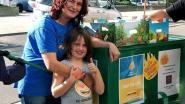 Jade en Tanja verkopen fruit voor vzw Lichtpunt
